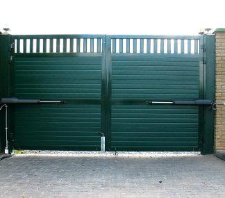 Уличные распашные ворота из сендвич панелей Дорхан 3400*2200 с приводом