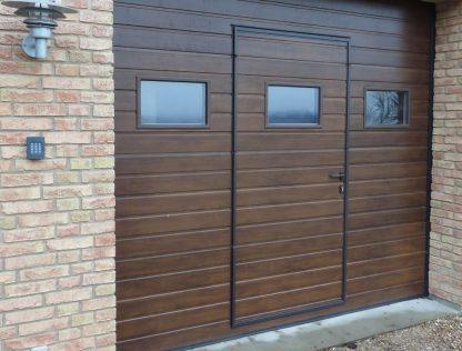 Гаражные секционные Ворота Дорхан 2400*2400 с автоматикой, калиткой и окнами