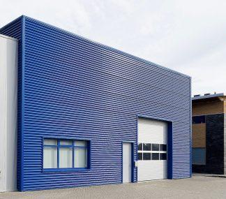 Промышленные секционные ворота с панорамными окнами (ISD01) 3600*3800 с ручным цепным приводом