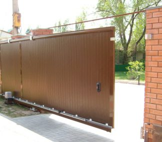 Уличные сдвижные ворота Дорхан в алюминиевой раме с сэндвич панелью 4600*2200 с электроприводом