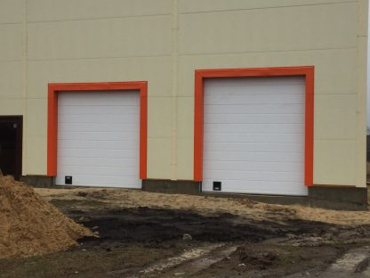 Секционные промышленные ворота из сэндвич панелей (ISD01) 2900*3200 с ручным цепным приводом