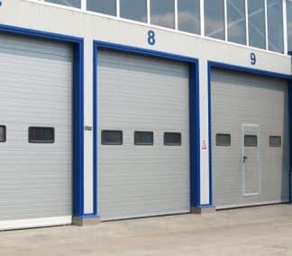 Секционные ворота промышленные из сэндвич панелей (ISD01) 3400*3400 с окнами и ручным цепным приводом