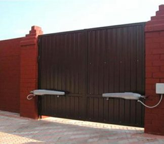 Распашные ворота металлические из профнастила с электроприводом 3500х2500