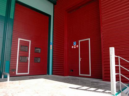 Секционные промышленные ворота из сэндвич панелей с автоматикой и калиткой (ISD01) 3000*6000