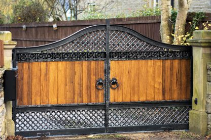 Ворота деревянные с ковкой 7