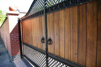 Ворота деревянные с ковкой 3