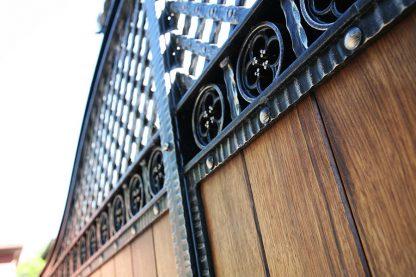 Ворота деревянные с ковкой 8