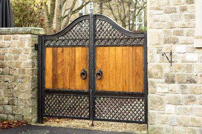Ворота деревянные с ковкой 11